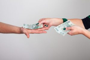 Prowizja i oprocentowanie - czym są i jakie mają znaczenie, gdy bierzemy pożyczkę?