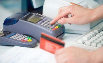 Płacąc kartą za granicą należy uważać na przewalutowanie i prowizje