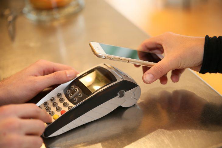 Transakcje bezgotówkowe coraz popularniejsze.